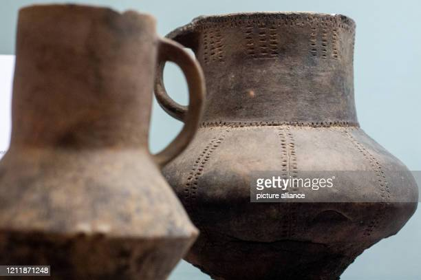 May 2020, Saxony-Anhalt, Magdeburg: Opperschöner jugs of the Salzmünde culture are on display in the Museum of Natural History in the exhibition...