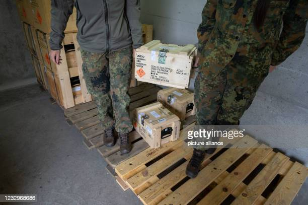 May 2021, Baden-Wuerttemberg, Calw: Members of the support forces of the Bundeswehr Special Forces Command carry an ammunition box from an ammunition...