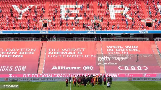 May 2021, Bavaria, Munich: Football: Bundesliga, FC Bayern München - FC Augsburg, Matchday 34 at Allianz Arena. The Munich team thanks the few fans...