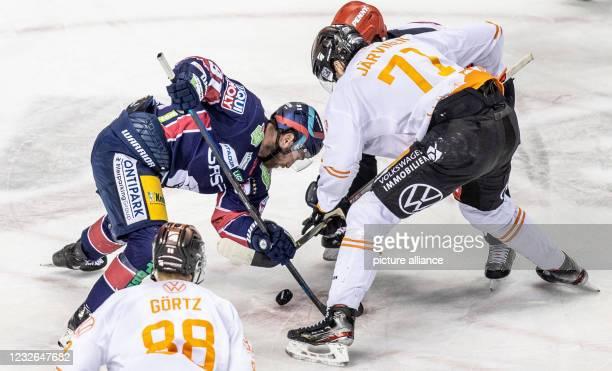 Ice hockey, DEL, Eisbären Berlin - Grizzlys Wolfsburg, Championship Round, Final, Game Day 1, Mercedes-Benz Arena: Berlin's Mark Olver plays a...