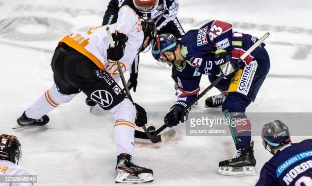 Ice hockey: DEL, Eisbären Berlin - Grizzlys Wolfsburg, Championship round, Final, Matchday 1, Mercedes-Benz Arena. Matti Järvinen of Grizzlys...