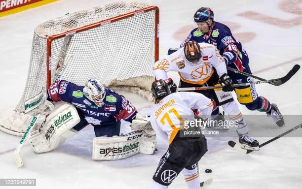 Ice hockey, DEL, Eisbären Berlin - Grizzlys Wolfsburg, Championship Round, Final, Game Day 1, Mercedes-Benz Arena: Berlin's goalie Mathias...
