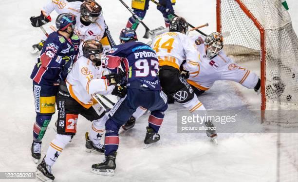 Ice hockey, DEL, Eisbären Berlin - Grizzlys Wolfsburg, championship round, final, Game 1, Mercedes-Benz Arena: Berlin's Zach Boychuk overcomes...