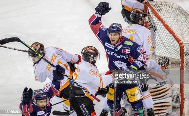 Ice hockey, DEL, Eisbären Berlin - Grizzlys Wolfsburg, Championship Round, Final, Game Day 1, Mercedes-Benz Arena: Berlin's Zach Boychuk celebrates...