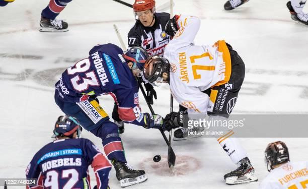 Ice hockey: DEL, Eisbären Berlin - Grizzlys Wolfsburg, Championship round, Final, Matchday 3, Mercedes-Benz Arena. Berlin's Leonhard Pföderl plays a...