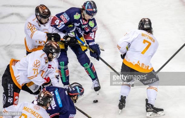 Ice hockey: DEL, Eisbären Berlin - Grizzlys Wolfsburg, Championship round, Final, Matchday 3, Mercedes-Benz Arena. Berlin's Lukas Reichel fights for...