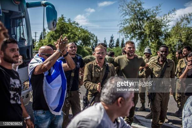 May 2021, Israel, Sderot: Israeli citizens dance with soldiers of Israel Defence Forces stationed at the Israeli Gaza border near Sderot, amid the...