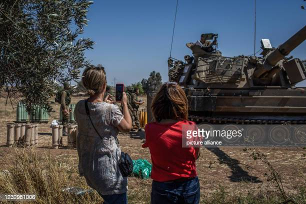 May 2021, Israel, Sderot: Israeli citizens support soldiers of Israel Defence Forces stationed at the Israeli Gaza border near Sderot, amid the...