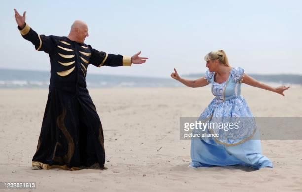 "May 2021, Mecklenburg-Western Pomerania, Zinnowitz: Actors Heiko Gülland and Ricarda Matschke perform a scene ""Demigods from the solar system"" on the..."