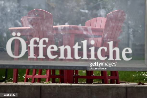 May 2021, Mecklenburg-Western Pomerania, Zinnowitz: Empty tables and chairs for outdoor catering stand in a restaurant on the beach promenade on the...