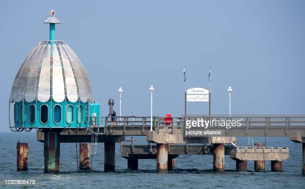 May 2021, Mecklenburg-Western Pomerania, Zinnowitz: The diving gondola at the pier in the seaside resort of Zinnowitz on the Baltic Sea island of...