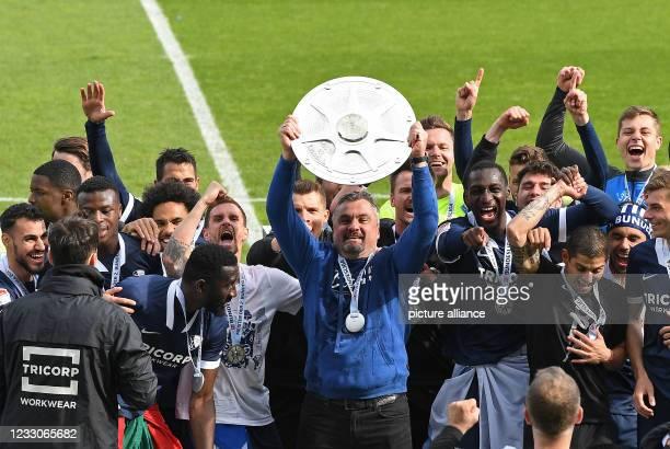 May 2021, North Rhine-Westphalia, Bochum: Football: 2nd Bundesliga, VfL Bochum - SV Sandhausen, Matchday 34 at Vonovia-Ruhrstadion. Bochum celebrate...
