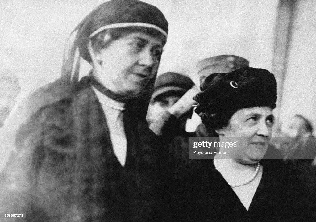 May Nancy Worthington Leeds, devenue par alliance la Princesse Anastasia de Grèce, en compagnie de la Reine Sophie de Grèce font du shopping peu avant que la Princesse Anastasia ne tombe malade, circa 1920 à Athènes, Grèce.