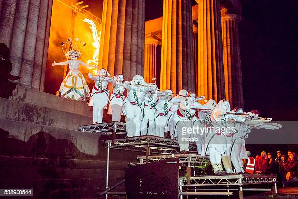 may queen and whites at the beltane fire festival, edinburgh - theasis stockfoto's en -beelden