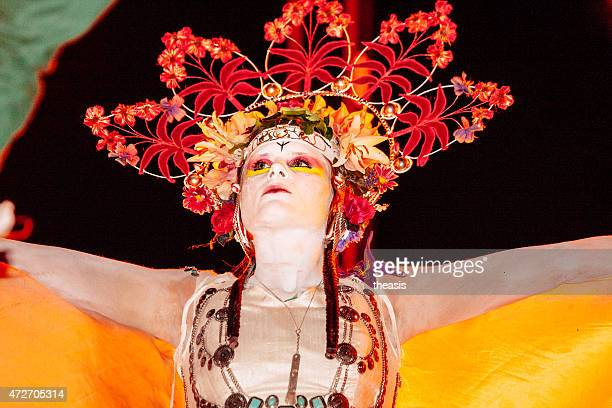 kann mit queen-size-bett im beltane fire festival, edinburgh - theasis stock-fotos und bilder
