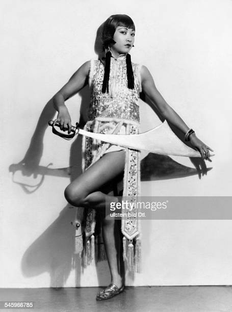 May Wong Anna Actress USA * full length picture with sword 1927 Vintage property of ullstein bild