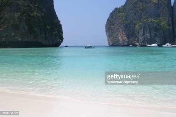 maya bay lagoon, tropical paradise, ko phi phi leh island, thailand - argenberg stock pictures, royalty-free photos & images