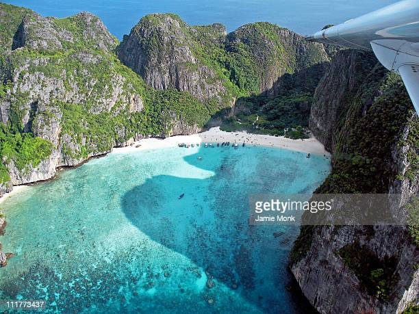 maya bay, phi phi islands - phi phi islands stock-fotos und bilder
