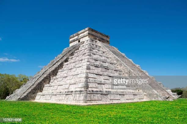 mayan pyramid of chichen itza in mexico - monumento foto e immagini stock