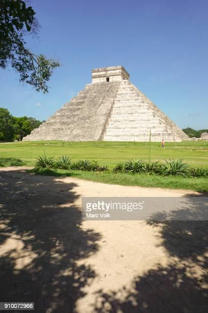 mayan pyramid of kukulkan, el castillo, and ruins at chichen itza, yucatan, mexico - aztec civilization stock photos and pictures