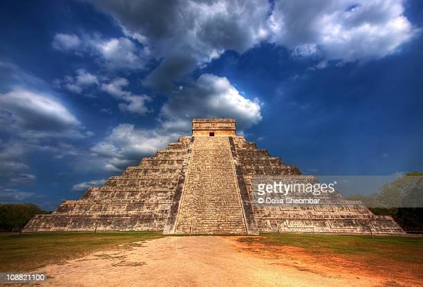 mayan pyramid of kukulkan - kukulkan pyramid stock photos and pictures