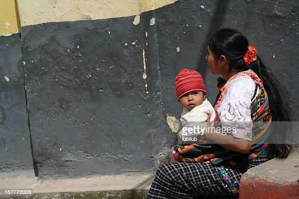 Femme Maya détente avec son petit fils en Chichicastenango, Guatemala
