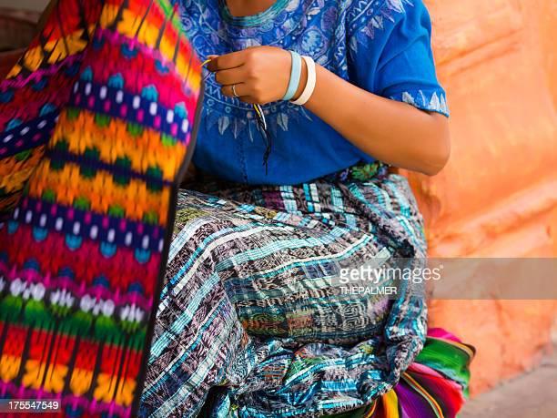 Femme Maya sur un métier à tisser