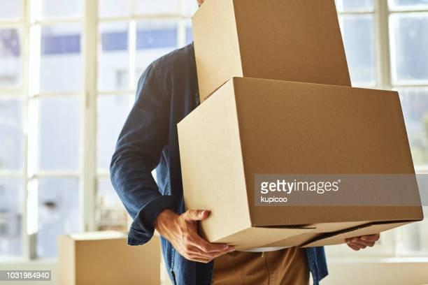 多分私は宅配便会社を雇っている必要があります。 - 運ぶ ストックフォトと画像