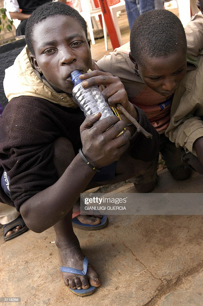 Maybobos (street children) sniff glue 21 : News Photo
