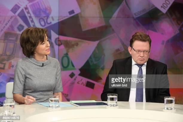 Maybrit Illner mit Dr Andreas Hollstein in ihrer ZDFTalkshow maybrit illner am in Berlin Integration oder Spaltung Was kostet uns der soziale Frieden