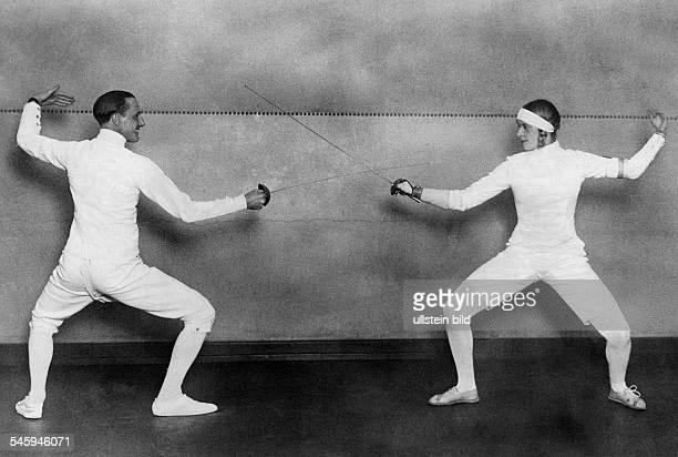 Mayer Helene *Fechterin DOlympiasiegerin 1928 in einem Trainingsgefechtmit dem sechsmaligen Olympiasieger NedoNadi 1928