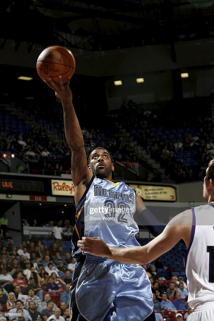 OJ Mayo #32 of the Memphis Grizzlies takes the ball to the basket against the Sacramento Kings on March 22, 2010 at ARCO Arena in Sacramento, California.