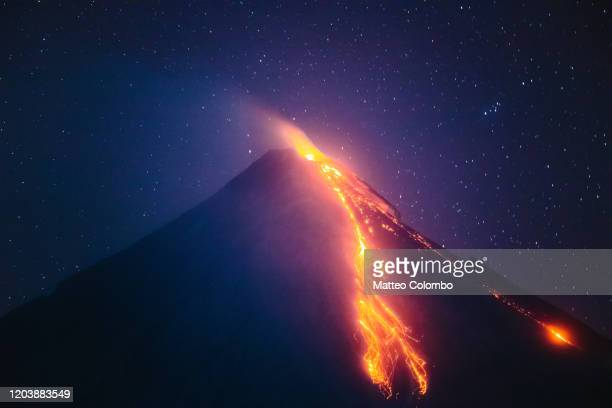 mayon volcano eruption at night, philippines - vulkan stock-fotos und bilder