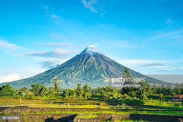 mayon volcano in legazpi, philippines - philippines stock pictures, royalty-free photos & images