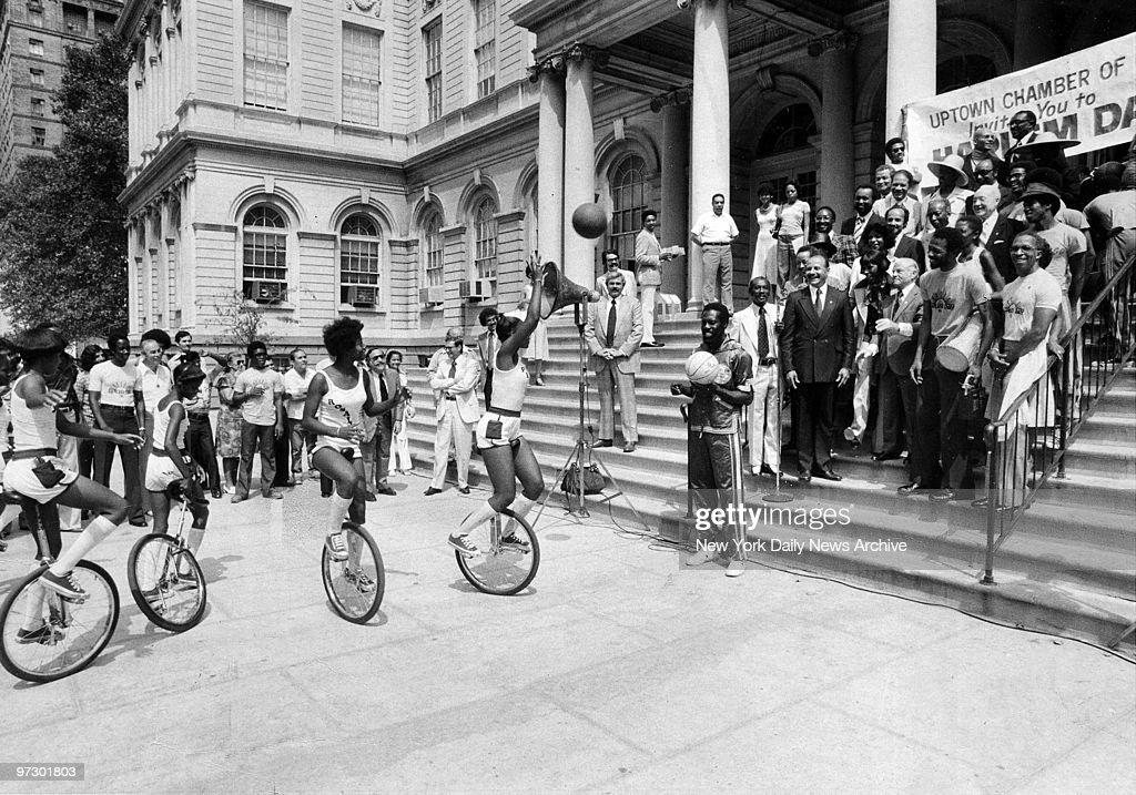 Mayor Beame throws basketball to unicyclist during sampling  : News Photo