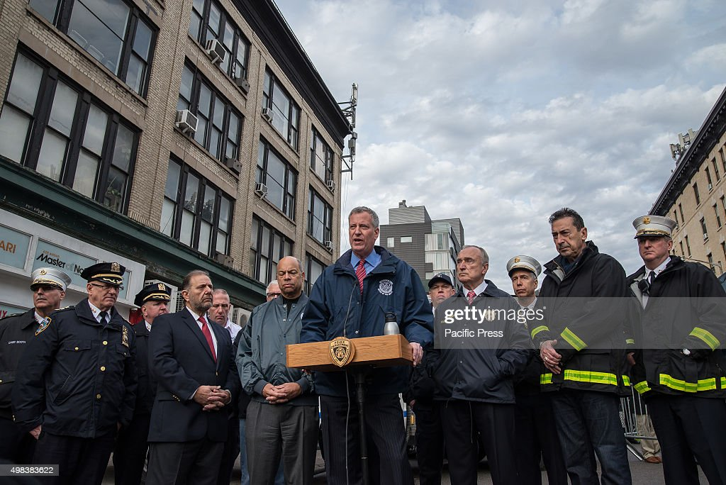 Mayor Bill de Blasio (center) flanked by federal and city... : News Photo