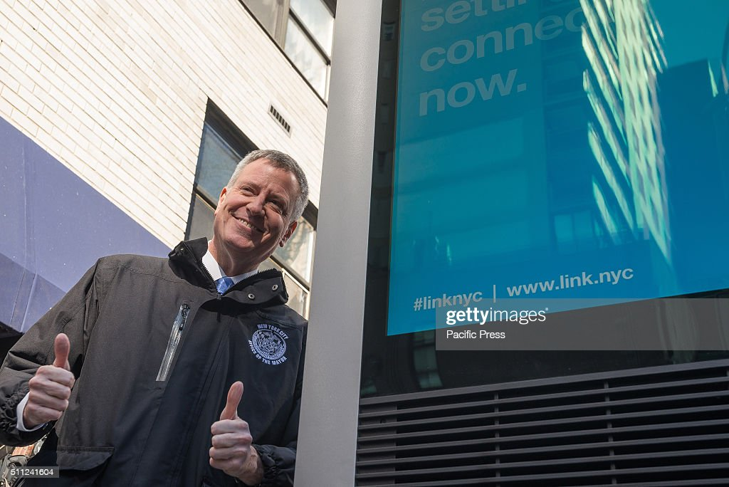 """Mayor de Blasio gives gives a """"thumbs up"""" after speaking... : News Photo"""