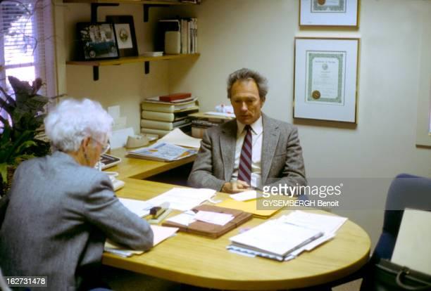 Clint Eastwood Clint EASTWOOD maire de Carmel en Californie reçoit ses administrés dans le bureau de sa petite mairie Février 1987