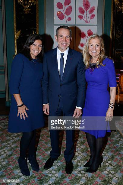 Mayor of Paris Anne Hidalgo Artist Jeff Koons and USA Ambassador to France Jane D Hartley attend the Press conference announcing a donation by artist...