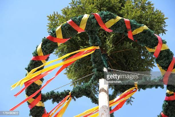 Maibaum vor blauem Himmel