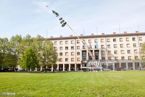 メイポール設定欧州労働者の日 - スロベニア国旗 ストックフォトと画像