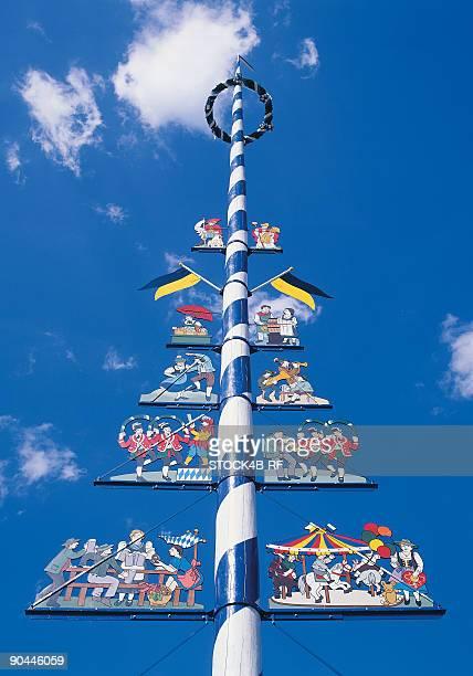 maypole on the viktualienmarkt, munich, bavaria, germany - maypole stock pictures, royalty-free photos & images