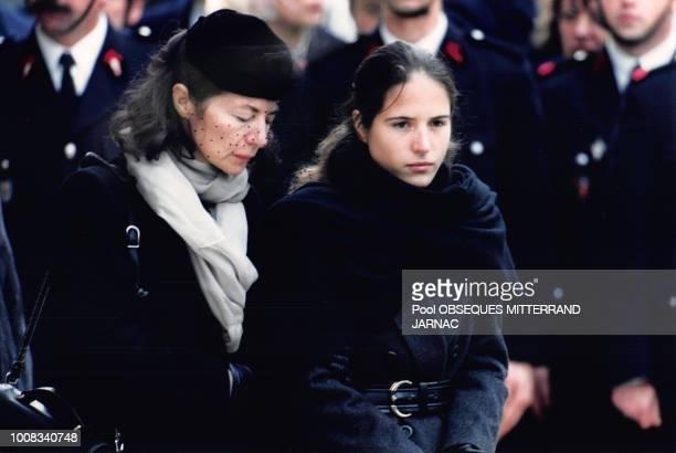 Mazarine Pingeot et Anne Pingeot lors des obsèques de François Mitterrand le 11 janvier 1996 à Jarnac France