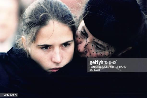 Mazarine Pingeot et sa mère Anne Pingeot lors des obsèques de François Mitterrand le 11 janvier 1996 à Jarnac France