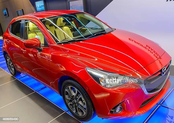 mazda 2/hatchback vista frontal do carro compacto - segunda feira - fotografias e filmes do acervo