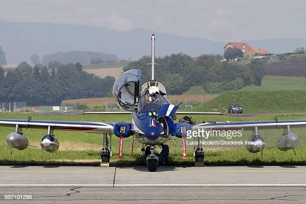 mb-339a/pan of the pattuglia acrobatica nazionale (national aerobatic patrol) frecce tricolori. - frecce tricolori foto e immagini stock