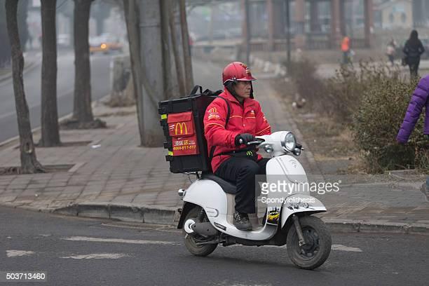 Livraison de McDonald sur un vélo électrique à Pékin