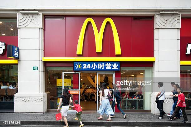 mcdonald's in shanghai, china - niet westers schrift stockfoto's en -beelden