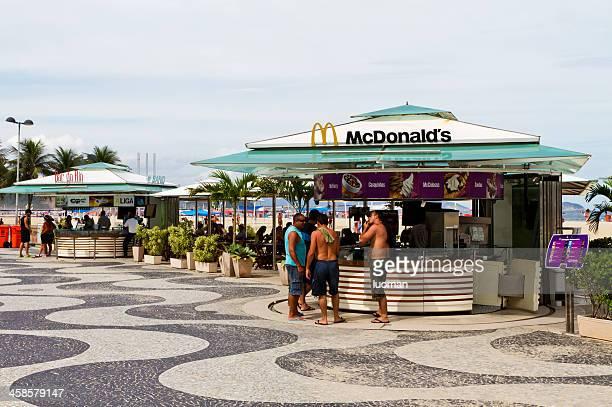 mcdonald's kiosk en la playa de copacabana - mcdonalds fotografías e imágenes de stock