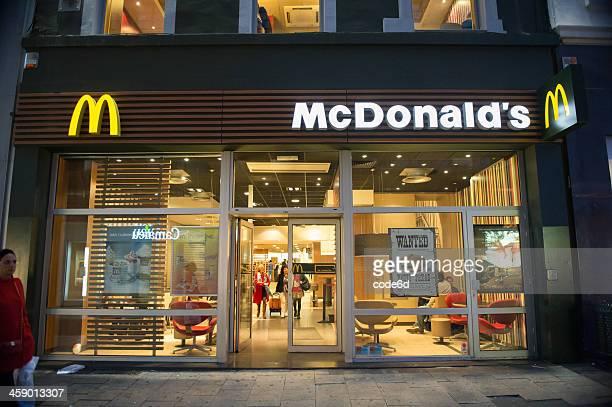 restaurante mcdonald's por la noche en bruselas, bélgica - mcdonalds fotografías e imágenes de stock